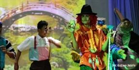 Aksi Para Pemain Drama Teater Larutan Cap Kaki Tiga Anak Kemasan Baru